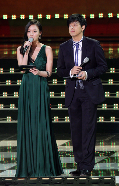 And ryu shi won kim ajoong s forest green dress looks comfortable