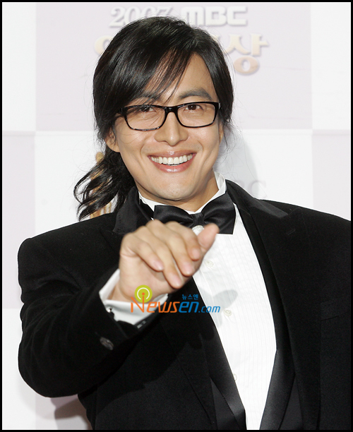 https://popseoul.wordpress.com/2008/12/31/2008-mbc-drama-awards-bae-yong-joon-says-happy-new-year/