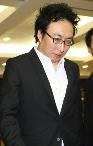 http://popseoul.files.wordpress.com/2008/10/parkmyungsoo-2008100201283-1.jpg?w=315&h=493
