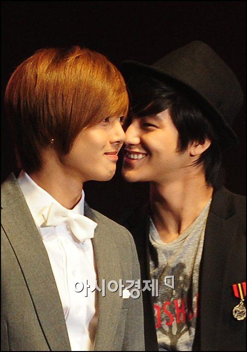 http://popseoul.files.wordpress.com/2009/04/kimbum-kimhyunjoong-090401.jpg