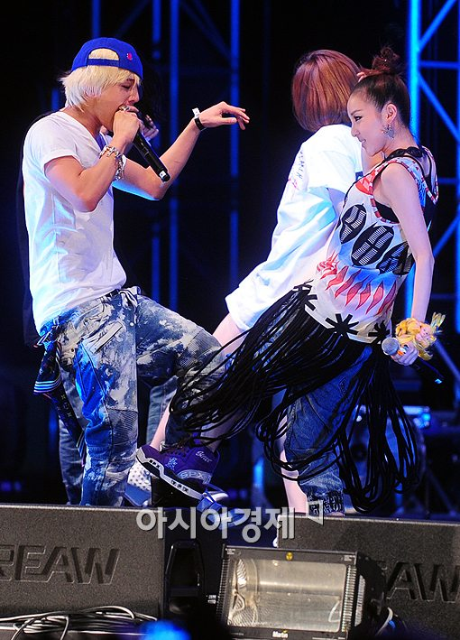 Pics For > G Dragon And Dara Kiss