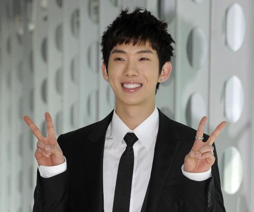 """¿Con cual  miembro  ídolo quieres pasar tu día  Blanco?"" Jokwon_091031"