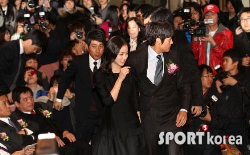 Lee Byung-hun es guardaespaldas de Kim Tae-hee
