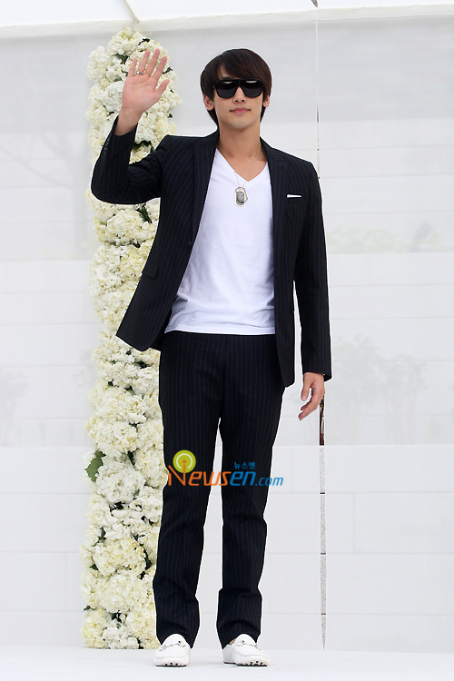 http://popseoul.files.wordpress.com/2010/05/jang_rain.jpg